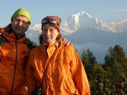 Туристы на фоне Гималаев