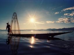 Рыбак на озере Инле, тур в Мьянма
